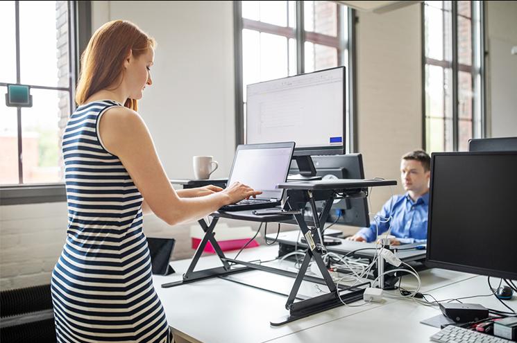 mulher trabalhando em pé em um escritório
