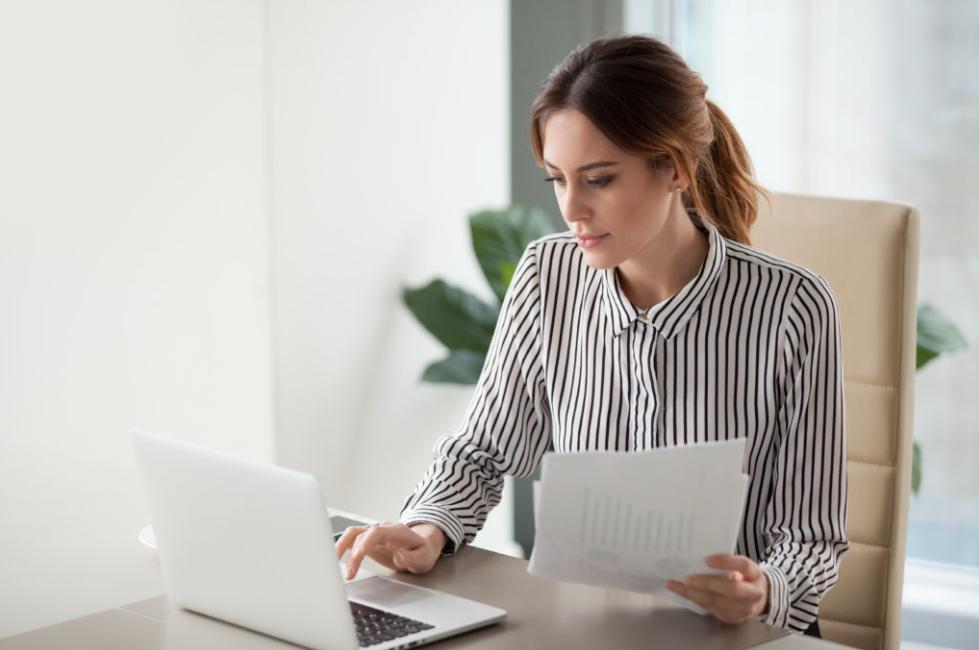 mulher à frente do computador fazendo algum tipo de busca na internet